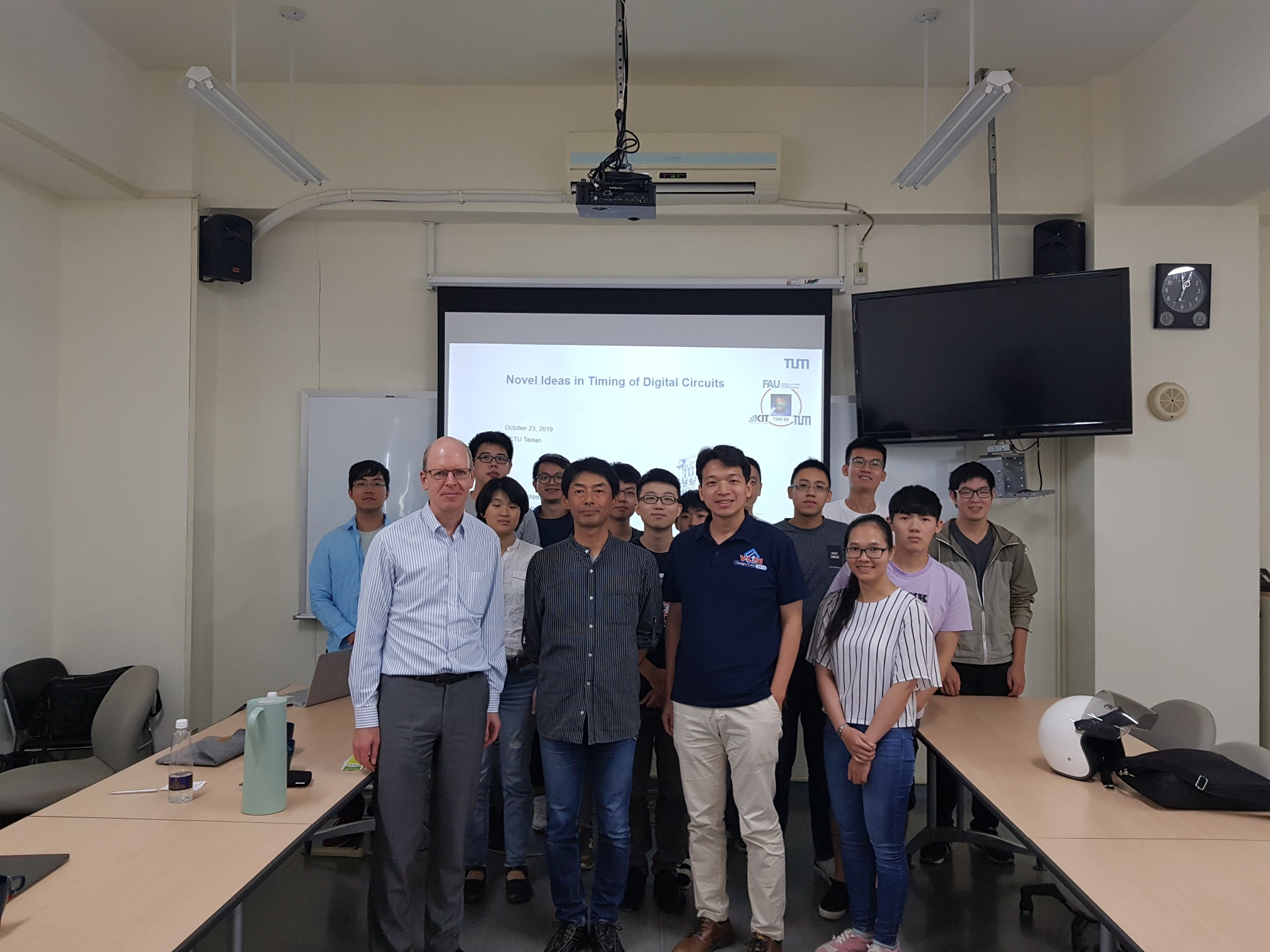 The photo shows Ulf Schlichtmann with his host, Prof. Mark Po-Hung Lin, and his students together with another visitor.></br></p>